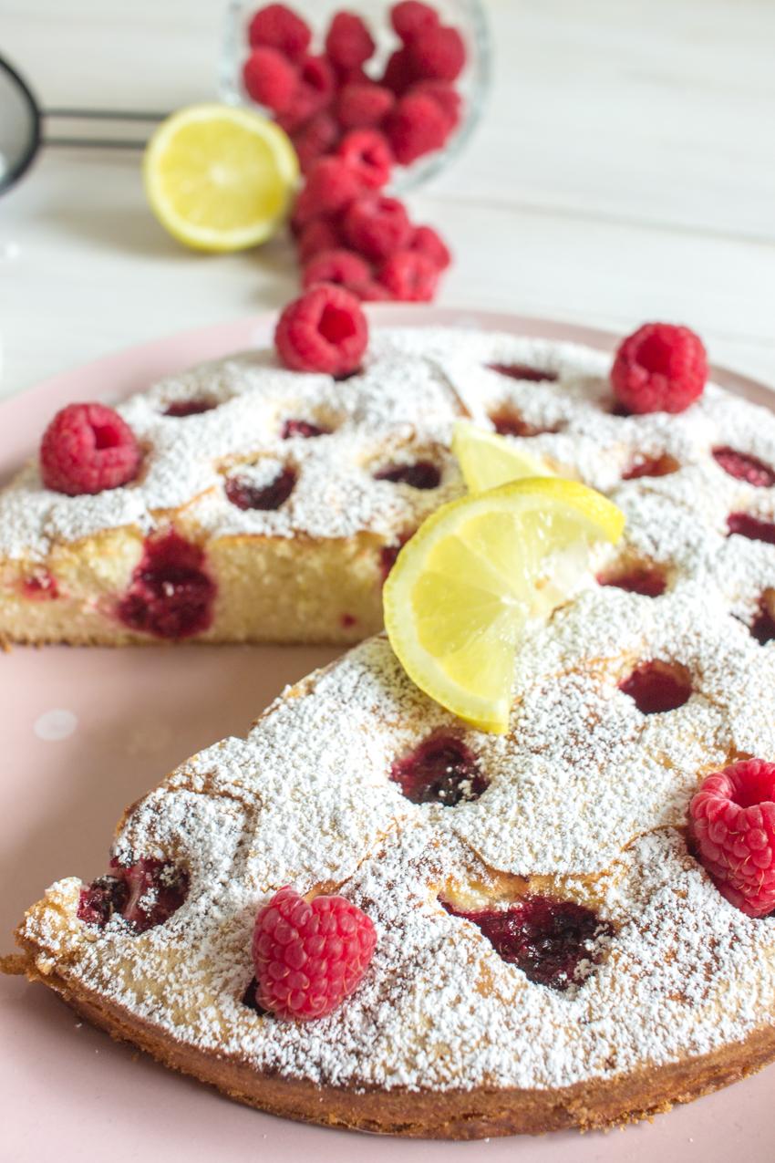 Gâteau moelleux aux framboises et au citron