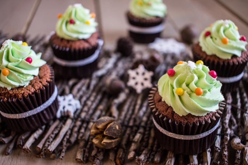 Cupcakes au chocolat façon sapins de Noël