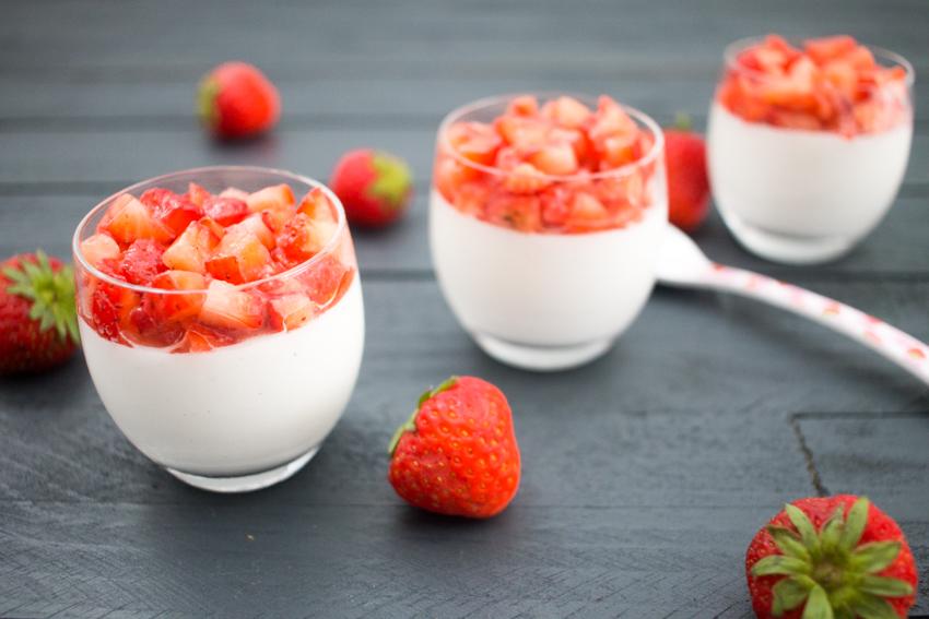 Panna cotta au lait de coco et fraises