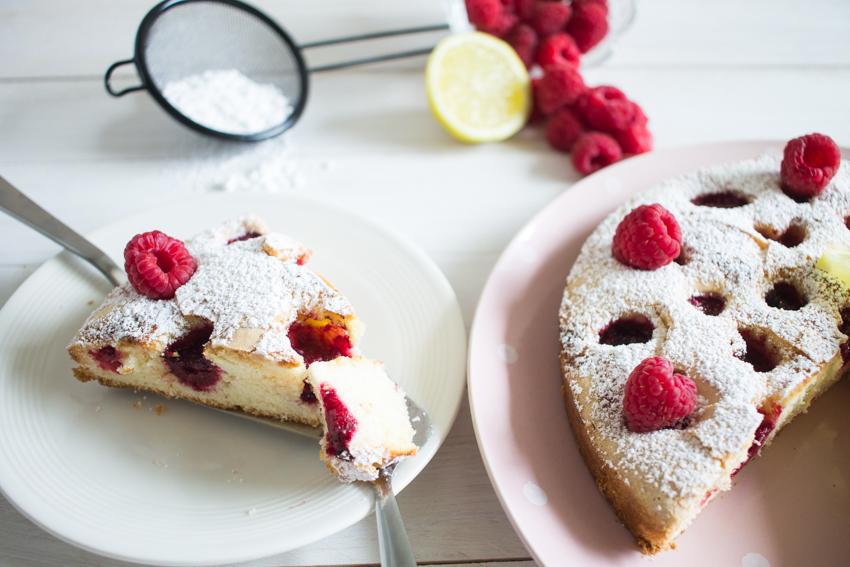 Qui veut une part de ce gâteau moelleux aux framboises et au citron ?